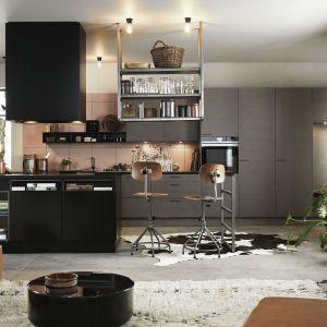 Matowy brąz zabudowy kuchennej dodaje je charakteru. Fot. Ballingslov