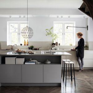 Jasne kolory ziemi w stonowanych odcieniach zdobią minimalistyczną zabudowę kuchenną. Fot. Ballingslov.