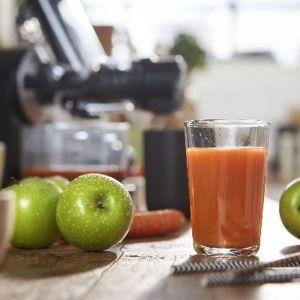 W przygotowaniu domowych soków najlepiej sprawdzają się wyciskarki wolnoobrotowe m.in. model Philips HR1889/70. Dzięki technologii MicroMasticating wykorzystuje aż 80 proc. zawartości owoców i warzyw, także tych liściastych, z których wyciśnięcie soku było do tej pory niemal niemożliwe. Cena: 699 zł. Fot. Philips