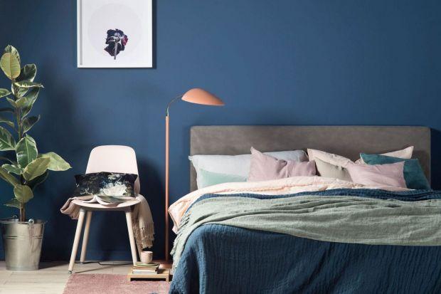 Nie masz pomysłu na wykończenie ścian w sypialni? Pomaluje je farbą. Będzie pięknie i pomysłem, a przy tym nie drogo.