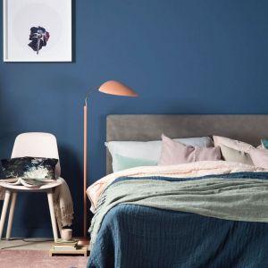 Wodorozcieńczalna farba lateksowa Beckres Designer Collection zapewnia głęboko matowe wykończenie wnętrza i wyjątkową głębię koloru. Dostępna jest w palecie 25 kolorów premium. Bezpieczna dla zdrowia i środowiska. Cena: ok. 94,90 zł (2,5 l). Fot. Beckers