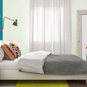 Zmywalna, matowa farba do malowania ścian i sufitów Jedynka Deco&Protect. Zapewnia inteligentną powłokę, która stanowi skuteczną barierę dla różnego rodzaju plam i zabrudzeń. Odporna na szorowanie i wielokrotne zmywanie. Cena: ok. 45,99 zł (2,5 l ). Fot.  Jedynka