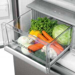 Dolne szuflady to idealne miejsce do przechowywania warzyw i owoców. Te mniej trwałe, jak np. maliny lub truskawki, można trzymać dzień lub dwa bez mycia. Natomiast sałatę czy szczypiorek nawet kilka dni. Fot. Haier