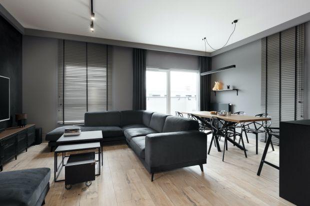 Ten elegancki apartament znajduje się w centrum Bydgoszczy. Kolorem, który nadaje ton całej aranżacji jest czerń.To dzięki niej wnętrza jest wyjątkowo wyraziste.