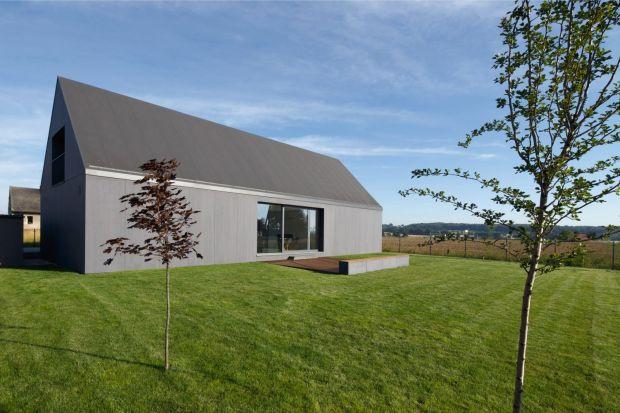 Dom Podmiejski w Tychach to nowoczesny dom, który w założeniu pasować miał do okolicznej zabudowy. Tradycyjna bryła o minimalistycznym wykończeniu skrywa ciekawe funkcjonalnie wnętrze. Autorzy tego projektu to Magdalena Tokarskai Piotr Tokarski