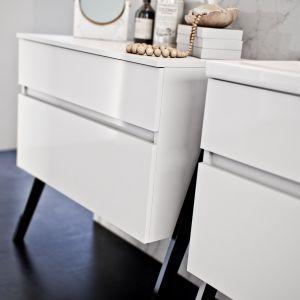 Kolekcja mebli łazienkowych Op-arty lakierowane fronty white high gloss oraz lakierowane nóżki black mat marki Defra. Cena od 1.020 zł/ szafka pod umywalkę 60 cm biała