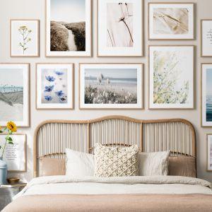 Letnie motywy kwiatowe to świetny pomysł na ściany w salonie. Cena plakatów: 49 zł (21x30 cm), 69 zł (30x40 cm), 119 zł (50x70 cm), Desenio.pl