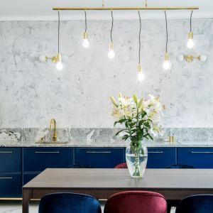 Kobaltowe szafki kuchenne zestawione z jasnopopielatą ścianą. Projekt: Dekorian Home x Deer Design. Fot. Marta Wołosz-Molenda