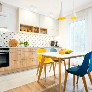 W jasnej kuchni niebieskie krzesła ożywiają aranżację. Projekt wnętrza Krystyna Dziewanowska, Red Cube Design. Zdjęcia Mateusz Torbus 7TH Idea