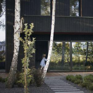 Zachowano jak najwięcej istniejących drzew i połączono budynek z ogrodem.Projekt 89 Stopni. Fot. Anna Olczak