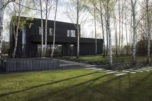 Nowoczesna forma architektoniczna otwarta jest na ogród dużymi przeszkleniami. Charakterystycznym elementem domu jest wysokie, ponad 5-metrowej wysokości okno wprowadzające południowe światło do jadalni. Jednak uwagę przyciąga elewacja wykonana w
