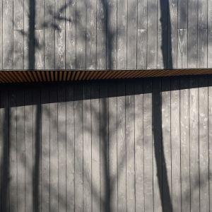 Dzięki zaufaniu inwestorów udało nam się zrealizować jeden z pierwszych w Polsce domów z elewacją wykonaną w całości w starej japońskiej technice Shou Sugi Ban polegającej na konserwacji drewna przez opalanie. Projekt 89 Stopni. Fot. Anna Olczak