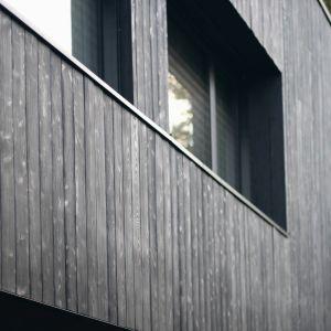 Tak powstała czarna bryła budynku naturalnie kontrastująca z białymi pniami brzóz. Projekt 89 Stopni. Fot. Anna Olczak