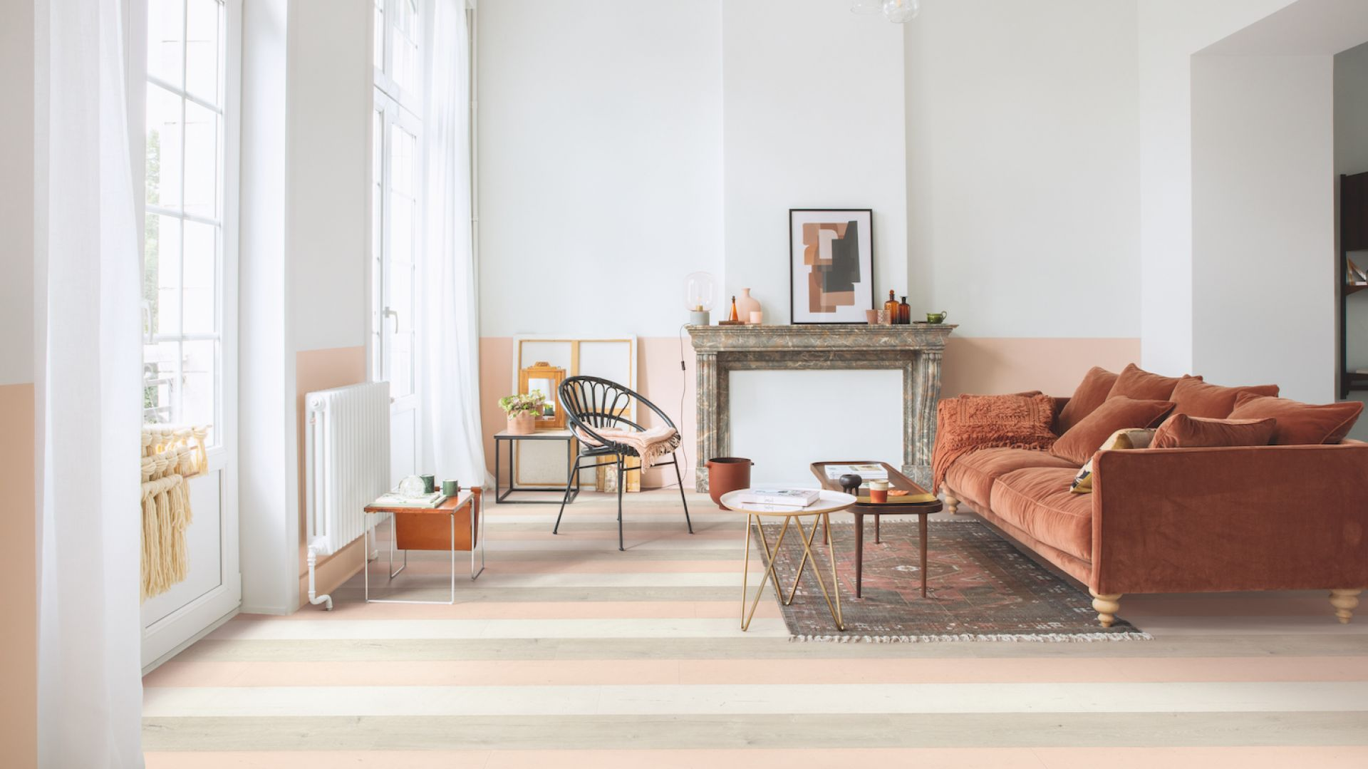 Przestrzenią do letnich eksperymentów jest również podłoga. W nowy wakacyjny trend idealnie wpisują się panele dąb różowy malowany z kolekcji laminatów Quick-Step Signature. Fot. Quick-Step