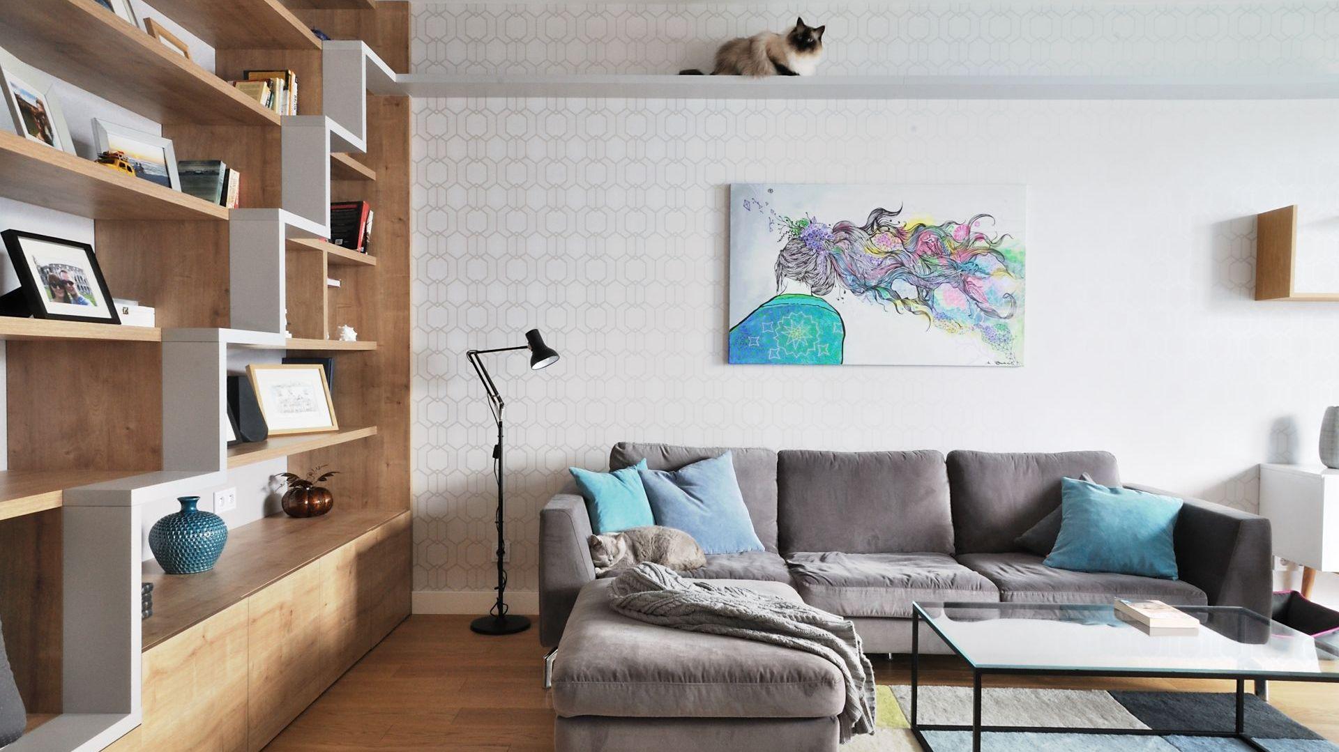 Niewielkie mieszkanie zaprojektowano także z myślą o czworonożnych mieszkańcach. Projekt: Cats&Dogs,  Ministerstwo Spraw We Wnętrzach Magdalena i Marcin Konopka. Fot. Marcin Konopka
