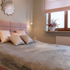 W pastelowej sypialni pojawiły się elementy charakterystyczne dla stylu glamour, takie jak aksamit, szlifowane lustra i żyrandole z kryształami. Uzupełniają je proste i funkcjonalne meble. Projekt: Irmina Miernikiewicz. Fot. Katarzyna Dobosz