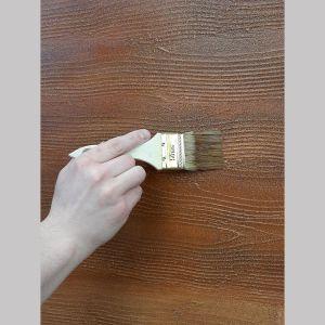 Efekt deski idealnie imitujący drewniane słoje, w szybki sposób otrzymamy dzięki tynkowi modelowanemu. To dobra, tańsza alternatywa dla tradycyjnego drewna. Możemy tu wybrać różnorodne kolory, jak np. jasny orzech, złoty dąb czy palisander. Fot. Foveo Tech