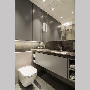 Duże lustra optycznie powiększają przestrzeń łazienki. Projekt i zdjęcia: pracownia KODO Projekty i Realizacje Wnętrz