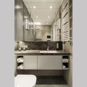Wygodna i praktyczna szafka umywalkowa. Projekt i zdjęcia: pracownia KODO Projekty i Realizacje Wnętrz