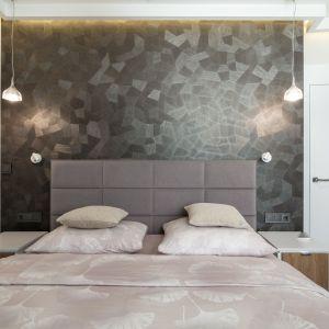 W sypialni zadbano o komfortowe i piękne oświetlenie. Projekt i zdjęcia: pracownia KODO Projekty i Realizacje Wnętrz