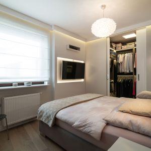 W sypialni znajduje się duża, pojemna szafa. Podłoga w odcieniu chłodnego dębu w wykończeniu olejowoskowanym Projekt i zdjęcia: pracownia KODO Projekty i Realizacje Wnętrz