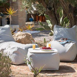 Siedziska wypełnione granulkami to doskonały wybór na balkon, na taras czy do ogrodu. Zawsze ułożą się tak, by dopasować się ciała, a jednocześnie są na tyle sprężyste, by siedzisko bez przerwy zachowywało swoją formę. Fot. Puszku