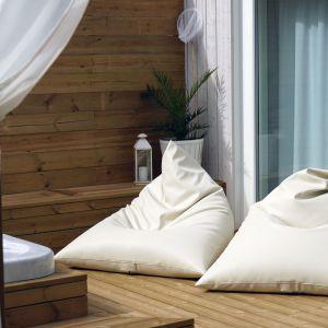 Siedziska wypełnione granulkami dostępne są w różnych kolorach. Można więc postawić na pastele, brązy czy szarości, śnieżną biel albo bardziej zdecydowane barwy – w zależności od upodobań i wystroju przestrzeni. Fot. Puszku