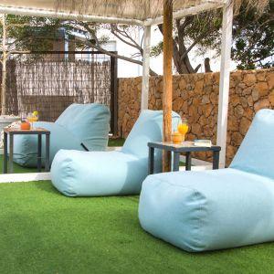 Na puf Soft Table Home dostępny w ofercie marki Puszku można założyć specjalny blat ze sklejki obramowanej naturalnym drewnem. Mamy więc siedzenie i stolik w jednym. Fot. Puszku