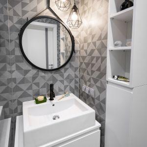 Umieszczona na prostej, białej szafce, prostokątna umywalka nablatowa KOŁO Twins (cena z szafką od 742 zł) doskonale wpisała się w industrialną przestrzeń.Projekt Zuzanna Kuc, ZU projektuje. Zdjęcia: Łukasz Zandecki