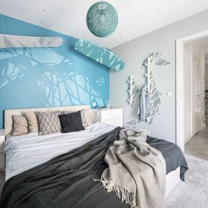 Podobnie zdecydowane kolorystyczne zestawienia odnajdziemy również w sypialni. Projekt Zuzanna Kuc, ZU projektuje. Zdjęcia: Łukasz Zandecki