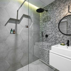 W łazience prym wiodą heksagony. Projektantka sięgnęła tu po te same duże betonowe płytki, co w korytarzu i w strefie kuchni. Projekt Zuzanna Kuc, ZU projektuje. Zdjęcia: Łukasz Zandecki