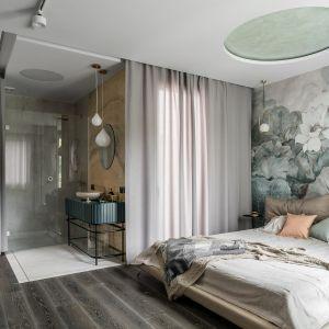 Nieodłączną częścią sypialni jest elegancka strefa prysznicowa i część z umywalką ustawioną na wytwornej konsoli. Projekt: Magdalena Bielicka, Maria Zrzelska-Pawlak. Fot. Fotomohito