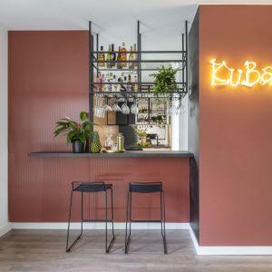 Wysoki bar, przy którym swobodnie można przygotowywać i serwować drinki – od początku było jasne, że to element obowiązkowy tego projektu. Projekt wnętrza: Agata Koszelewska/Decoroom. Zdjęcia: Marta Behling, Pion Poziom – fotografia wnętrz
