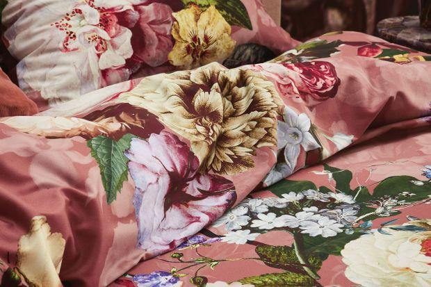 Kwiatowe wzory zdominowały rok 2020 także we wnętrzach. Motywy roślinne obecne są na tapetach, dekoracjach, ale też pościeli. Zobaczcie ile kosztują modne kolekcje.