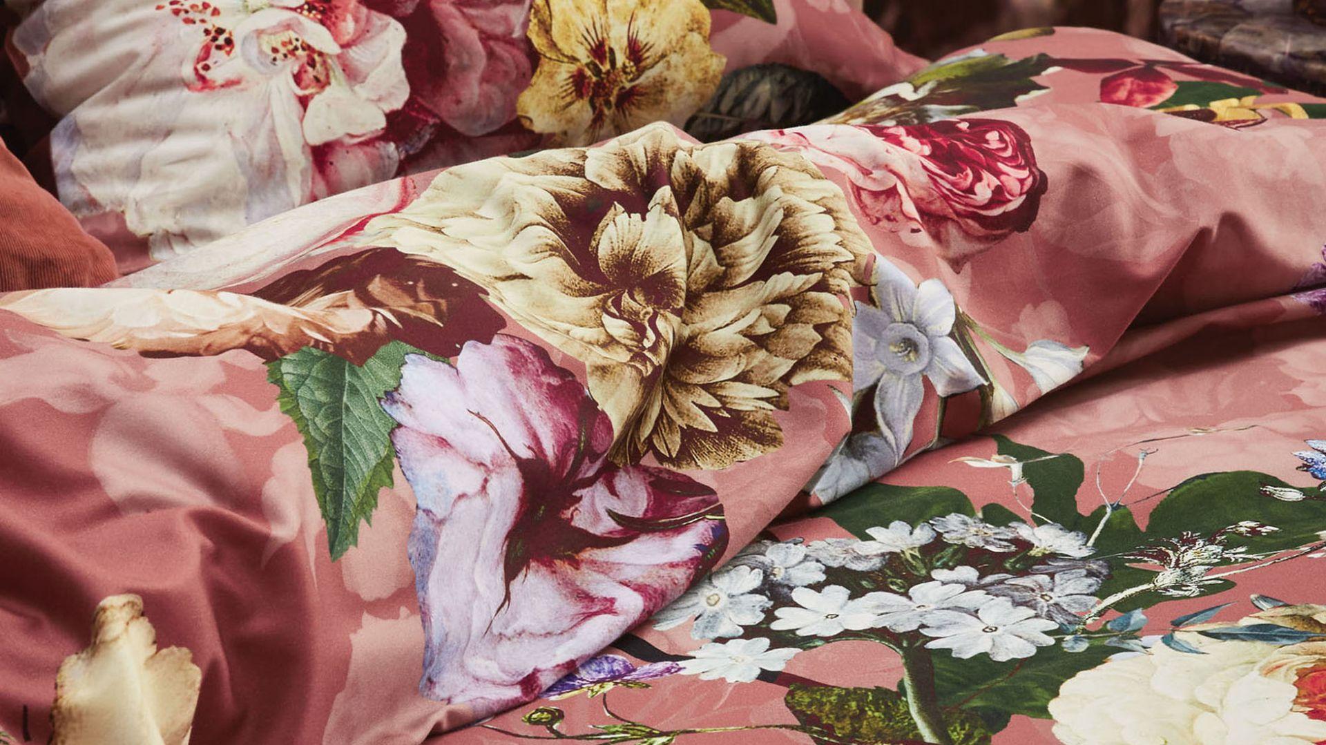 Prosto z barokowego płótna na satynową bawełnę pościeli – ogromne, kolorowe kwiaty umieszczono na ciepłym tle. Pościel Fleur Essenza. Fot. Fabryka Form Cena 528 zł