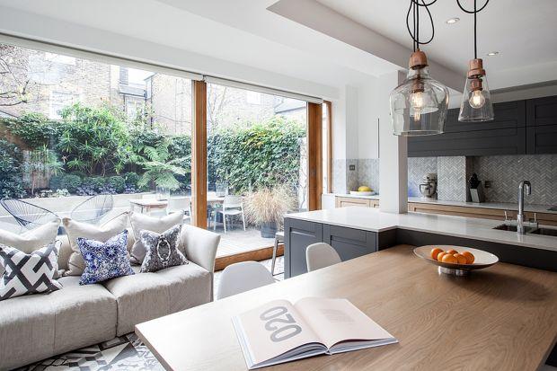 Chociaż ogród za oknami może przypominać tropiki, to jednak jesteśmy w Londynie. Typowy angielski dom kryje współczesne wnętrze z akcentami retro.