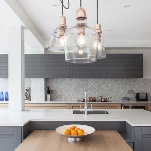 Znajdująca się tu kuchnia to bardzo urokliwe i wielofunkcyjne miejsce. Projekt Tamara Tymowski, Sybaris Design. Fot. Zajc
