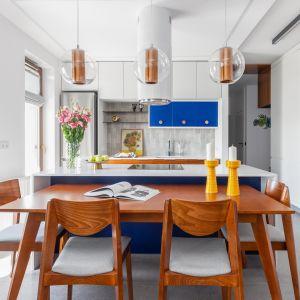 W kuchni w stylu retro granat komponuje się z bielą i drewnem. Projekt Joanna Rej. Fot. Pion Poziom