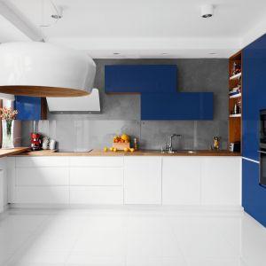 Granatowe fronty w zestawieniu z bielą tworzą efektowną kuchnię. Projekt Decoroom. Fot. Pion Poziom