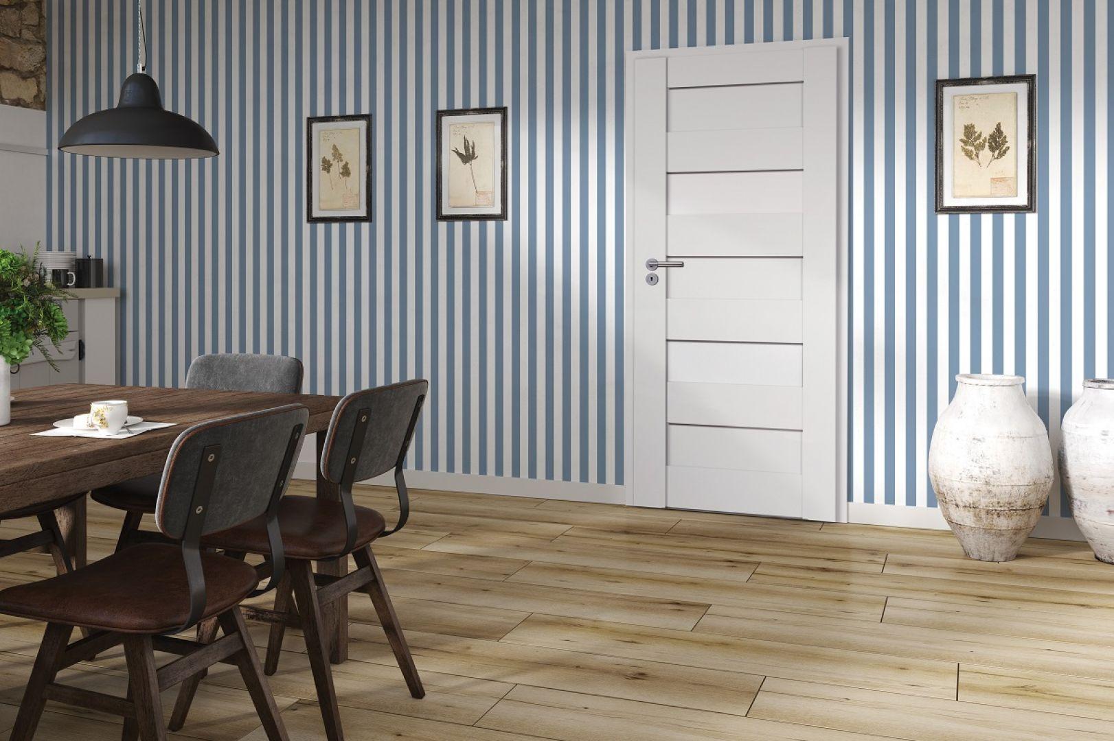 Biało niebieskie pasy to jedne z głównych wyznaczników stylu marynarskiego. Na zdjęciu drzwi Havana Biały Mat od RuckZuck
