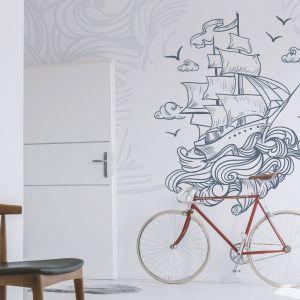 Morskie rysunki w formacie XXL prezentują się bardzo efektownie. Na zdjęciu drzwi lakierowane Larix od RuckZuck