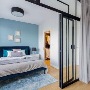 Drzwi z konstrukcji stalowej ze szkłem można otworzyć na oścież, dzięki czemu mamy większe wnętrze i swobodny dostęp z sypialni do gabinetu i odwrotnie, co daje poczucie większej przestrzeni. Projekt: Katarzyna Rohde. Fot. Marta Behling, Pion Poziom