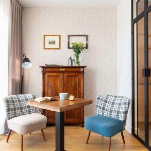 We wrocławskiej galerii Stacja Dizajn właściciele kupili biurko do gabinetu i foteliki do strefy kawiarnianej. Projekt: Katarzyna Rohde. Fot. Marta Behling, Pion Poziom