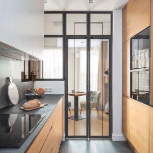 Zabudowa kuchenna, wykonana na wymiar, prezentuje się nowocześnie i elegancko. Projekt: Katarzyna Rohde. Fot. Marta Behling, Pion Poziom