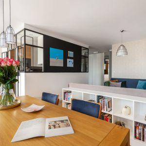 W salonie znajduje się duży stół z możliwością rozkładania na przyjęcia dla rodziny i znajomych, wygodne sofy, miejsce na kolumny, wzmacniacz i gramofon, a także półki na książki. Projekt: Katarzyna Rohde. Fot. Marta Behling, Pion Poziom