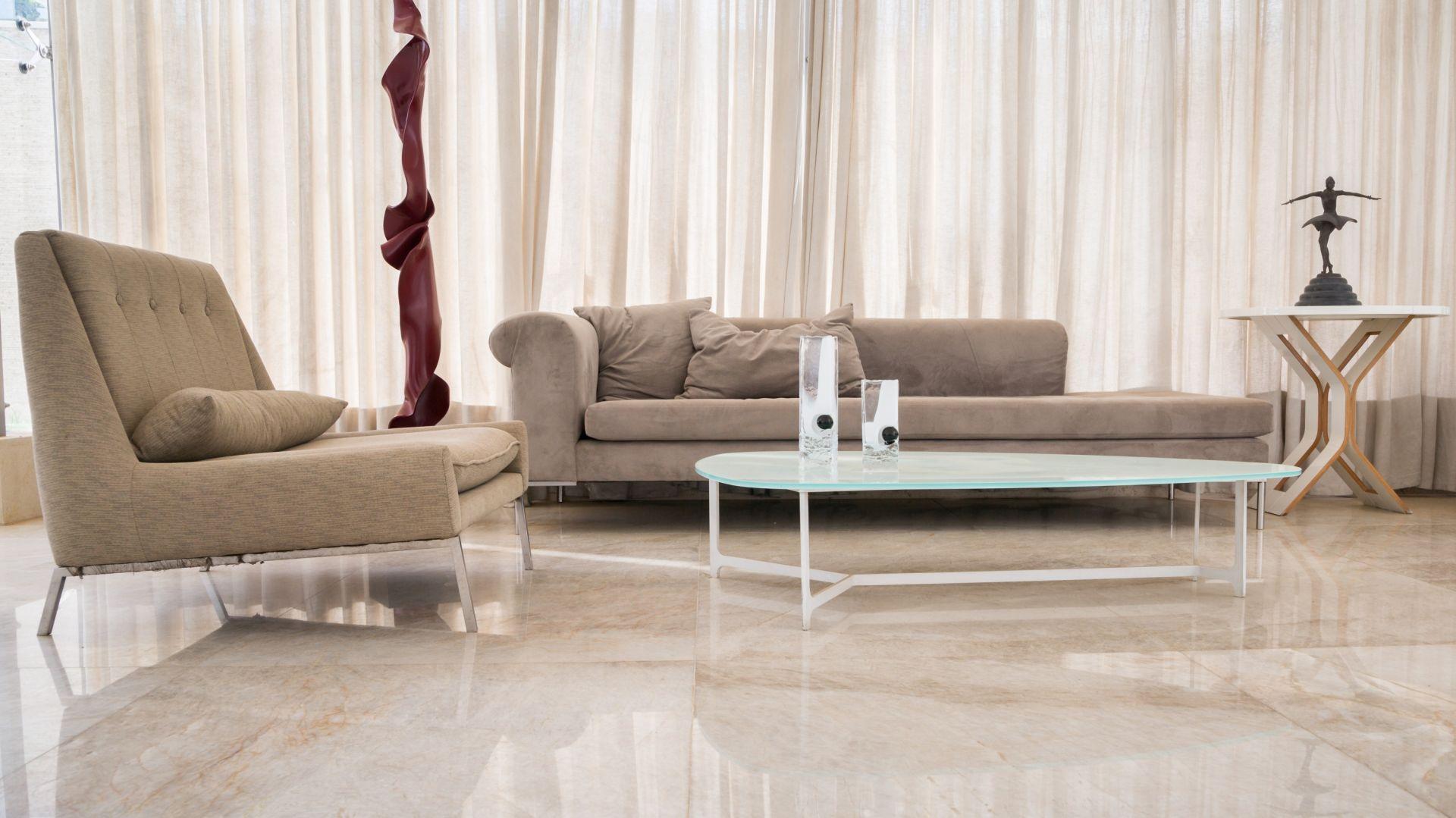 Brazylijski kwarcyt dzięki swoim doskonałym właściwościom technicznym będzie idealnym materiałem wykończeniowym na blaty i wyspy kuchenne, parapety czy okładziny ścienne. Fot. Interstone Perla Santana