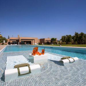 Basen z obrzeżami z kompozytu. Rezydencja Les Olivades Marrakech w Maroku. Głównym materiałem użytym we wnętrzu jest kompozyt. Źródło: Hi-Macs. Fot. Creativefriends