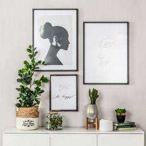 Dekoracja w postaci prostych, czarnych ram, o zróżnicowanych rozmiarach to strzał w dziesiątkę w każdym nowoczesnym wnętrzu. Cena obrazu z kobietą na zdjęciu - 89 zł. Fot. Salony Agata