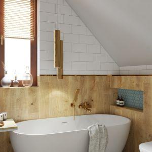 Jeśli łazienka jest mniejszych rozmiarów i ograniczają ją skosy – wannę możemy ustawić tuż pod nimi, przy oknie. Projekt: Aleksandra Nocuń, Wnętrzagram. Fot. Luxrad