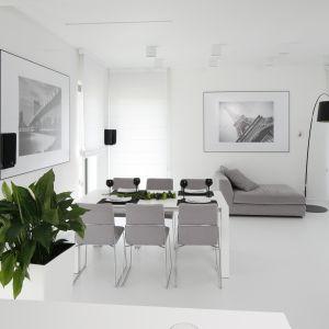 Czarno-białe zdjęcia zdobią minimalistyczne wnętrze. Projekt Ewelina Pik, Maria Biegańska